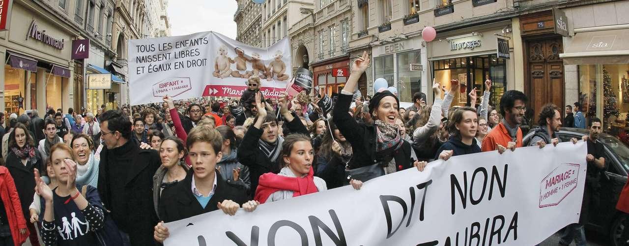 El proyecto socialista de autorizar el matrimonio y la adopción a los homosexuales ha sido condenado por gran parte de la oposición de derecha y la iglesia católica.