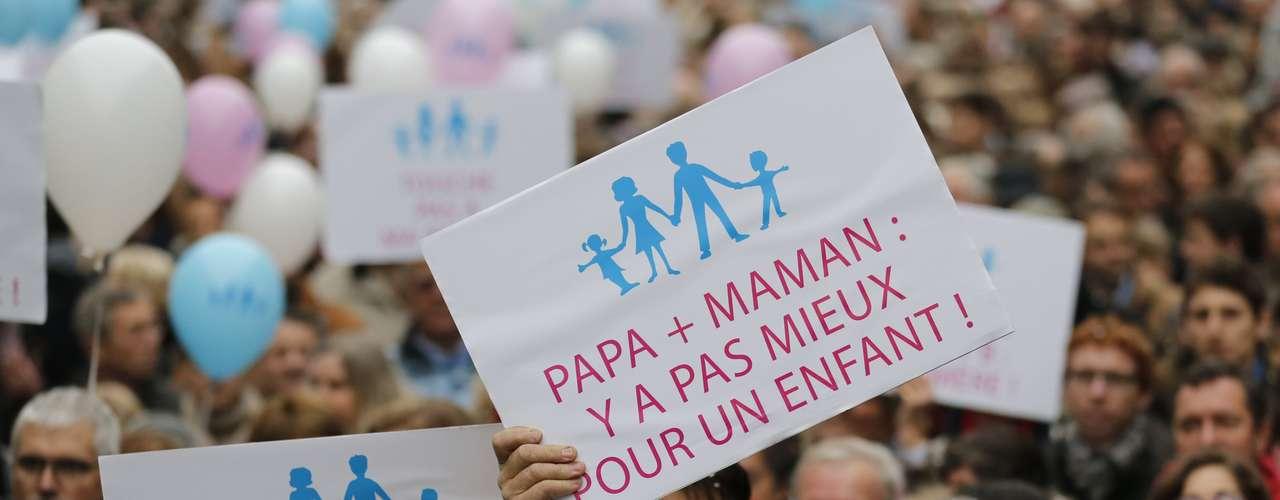 Más de 100.000 personas se manifestaron este sábado en varias ciudades de Francia para denunciar el proyecto de ley del gobierno socialista de autorizar el matrimonio y la adopción por parte de homosexuales, según cifras oficiales.