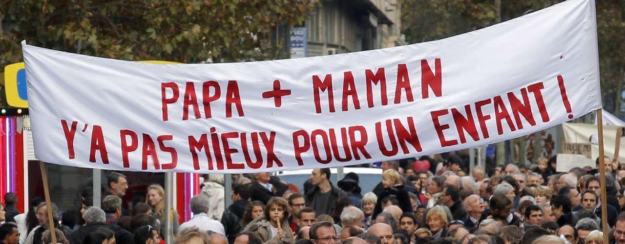 Según un sondeo publicado el jueves, 61% de los franceses son favorables al matrimonio para las parejas del mismo sexo, pero solo el 48% apoyan la adopción por parte de las parejas homosexuales.