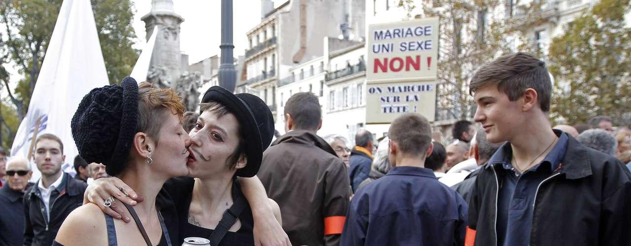 Dos homosexuales en desacuerdo con la manifestación, besándose delante de la muchedumbre: \