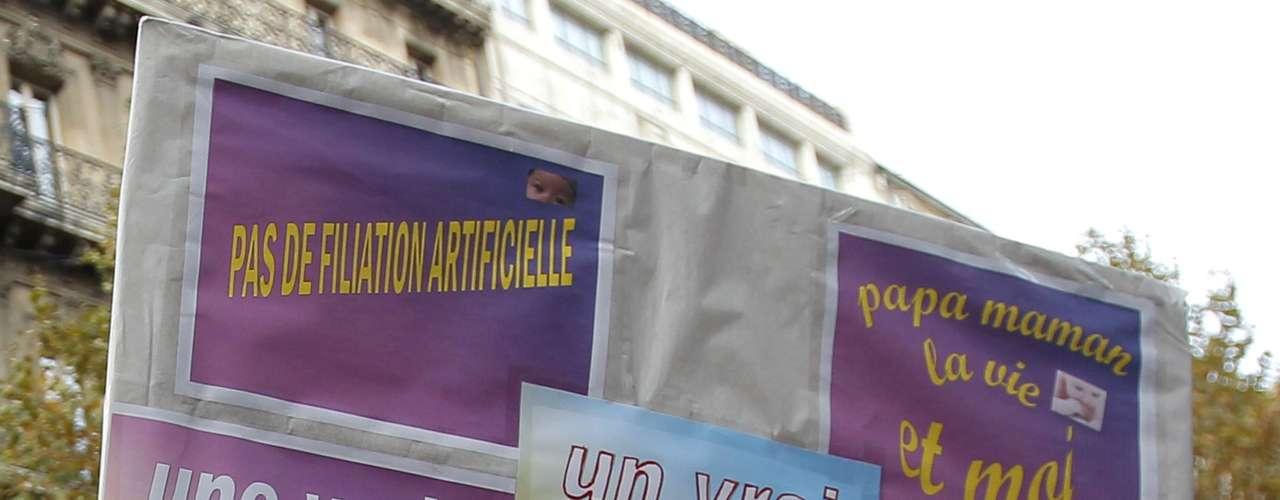 La manifestación de París estaba compuesta por personas de todas las edades, algunas con camisetas y balones blancos, azules y rosados en los que se veía el mismo dibujo de dos personas de sexo opuesto con dos niños agarrados de la mano.