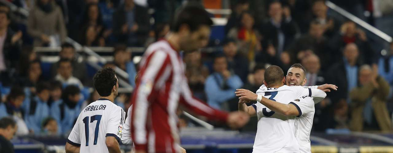 Real Madrid's Karim Benzema (R) is congratulated by teammate Pepe.