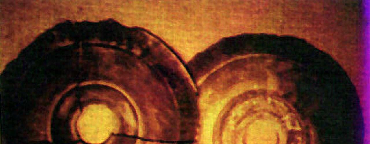 En las montañas Bayan Kara Ula de China, el doctor Chi Pu Tei encontró cavernas que aparentemente habían sido ocupadas por una civilización antigua. Dentro de las cuevas había cientos de discos planos, llamados Discos Dropa, con un agujero al centro y con un grabado en sus caras, con una antigüedad de entre 10 mil a 12 mil años. Al ser analizados a fondo, se descubrió que los surcos cuentan una historia sobre naves espaciales que se estrellaron en las montañas chinas.