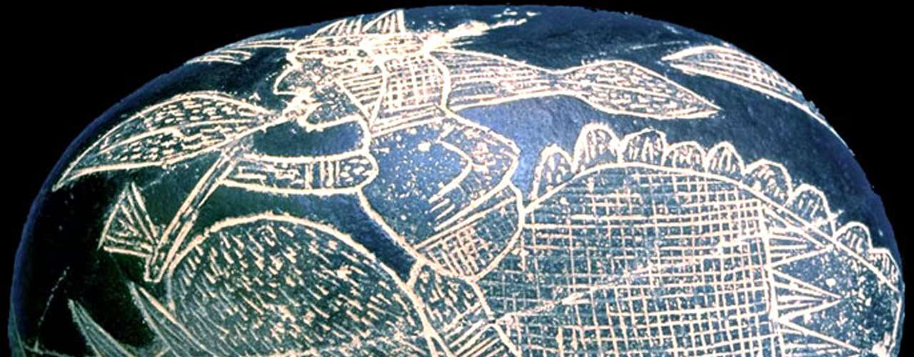 A veces, la ciencia no alcanza a explicar algunos misterios antropológicos o culturales que asombran al mundo entero y lo mantienen en duda, como las Piedras de Ica. Alrededor de 1930, Javier Cabrera, un antropólogo cultural de Ica, Perú, descubrió más de mil piedras en un entierro ceremonial, datadas entre 500 y mil 500 años de antigüedad. La mayoría de las piedras tienen grabados con imágenes de ídolos, pero las más sorprendentes tienen representados dinosaurios. La autenticidad de las piedras no ha sido confirmada o desmentida, pero muchos escépticos las consideran un engaño. Descubre otros cinco objetos que no parecen tener mucha lógica detrás de ellos.
