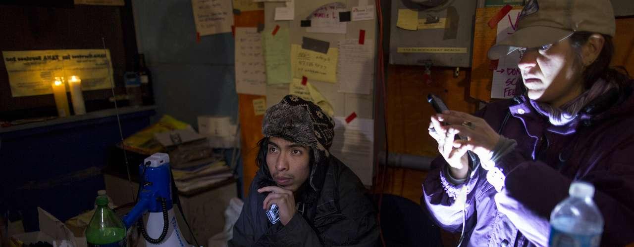Sí, hay muchas cucarachas, encima del frío. Mírame los ojos que no he dormido nada, agregó Santos.