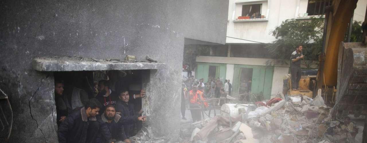 Este 18 de noviembre, el balance de palestinos muertos en la ofensiva Pilar Defensivo alcanza los 69, en torno a la mitad civiles, según el portavoz de Sanidad. De los 25 palestinos muertos hoy, al menos siete son milicianos, que perecieron en tres ataques aéreos separados en el norte, este y centro de Gaza, según Al Qedra, fuentes médicas y testigos. Dos de ellos fueron abatidos en el campo de refugiados de Yabalia (norte) por un misil lanzado contra el coche en el que circulaban.