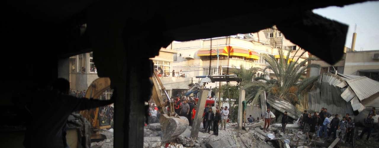Pero, las tensiones venían creciendo desde que Hamás comenzó a atacar con cohetes a Israel. Luego, el 14 de noviembre, el ejército israelí confirmó el asesinato selectivo en la ciudad de Gaza de Ahmed Yabari, jefe del brazo armado de Hamás, y advirtió de que se trata del inicio de una operación militar más amplia contra los grupos islamistas palestinos Hamas y Yihad Islámica.