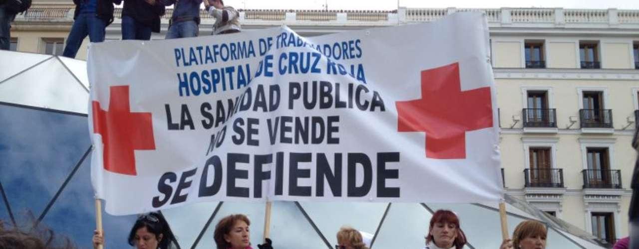 El gran bloque compuesto por miles de empleados y usuarios de la Sanidad pública madrileña avanzando hacia la puerta del Sol tras confluir en la Plaza de la Cibeles.