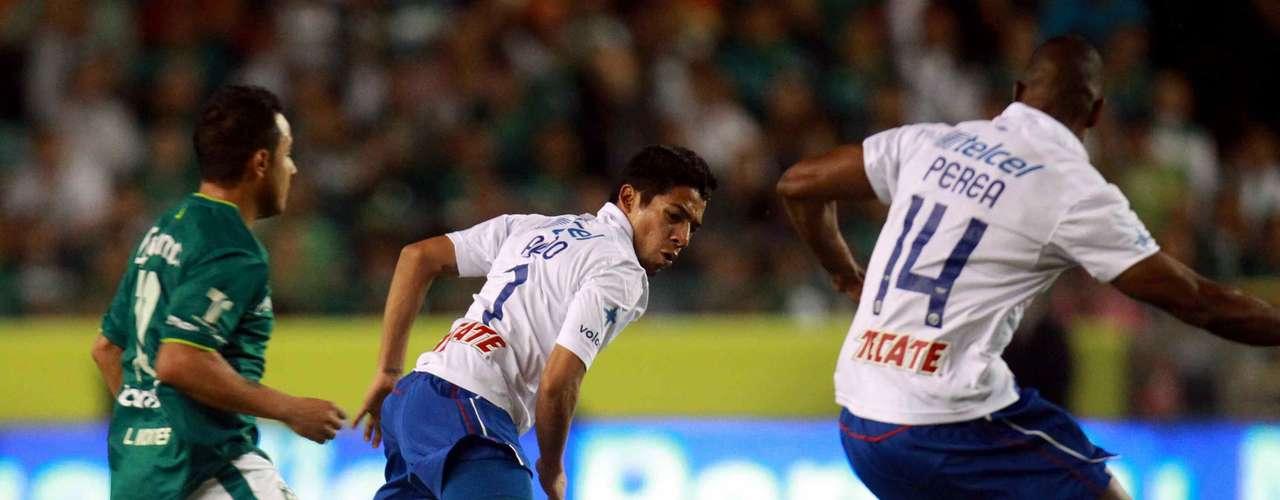 Luis Amaranto Perea se equivocó en el segundo gol esmeralda sobre Cruz Azul en el duelo de Vuelta, y perdió la pelota con Burbano, lo desbordó por izquierda y metió una diagonal al área, donde Britos conectó de zurda para batir a Corona, para el 3-2 global.
