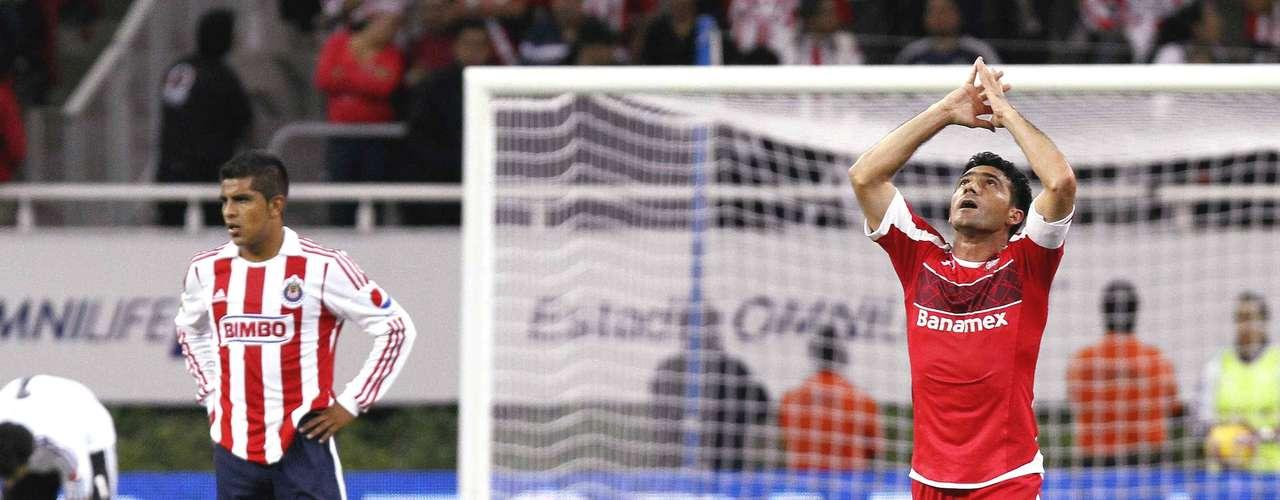 Volante ofensivo - Antonio Naelson - Toluca. 'Sinha' sigue siendo el líder del equipo y colaboró con un gol ante Chivas en el juego de Ida