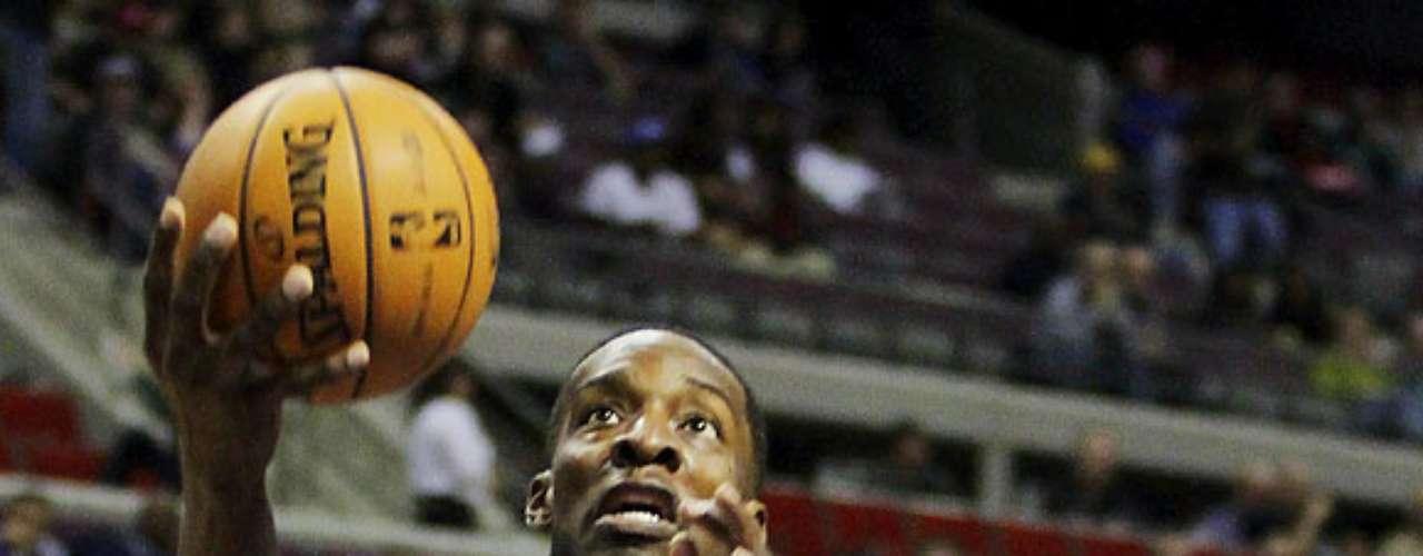 Celtics vs. Pistons: Jeff Green (8) intenta encestar el balón ante la marca de Corey Maggette (50). Detroit venció 103-83 a Boston para sumar su primer triunfo en casa y segundo en la temporada.