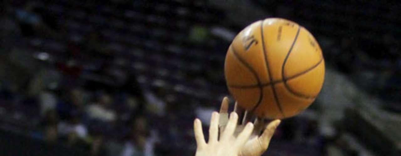 Celtics vs. Pistons: Leandro Barbosa (12) lanza su tiro ante la marca de Jonas Jerebko. Detroit venció 103-83 a Boston para sumar su primer triunfo en casa y segundo en la temporada.