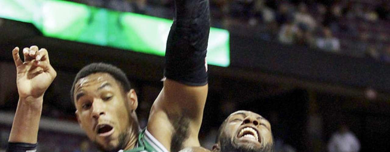 Celtics vs. Pistons: Rodney Stuckey (3) recibe la falta de Jared Sullinger (7). Detroit venció 103-83 a Boston para sumar su primer triunfo en casa y segundo en la temporada.