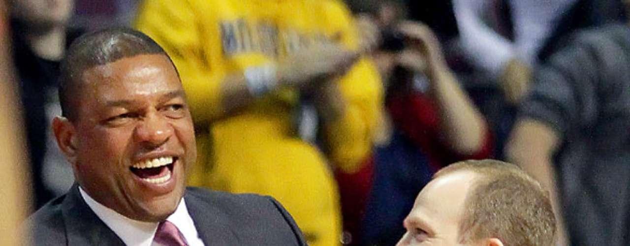 Celtics vs. Pistons: Doc Rivers bromea con el entrenador Lawrence Frank. Detroit venció 103-83 a Boston para sumar su primer triunfo en casa y segundo en la temporada.