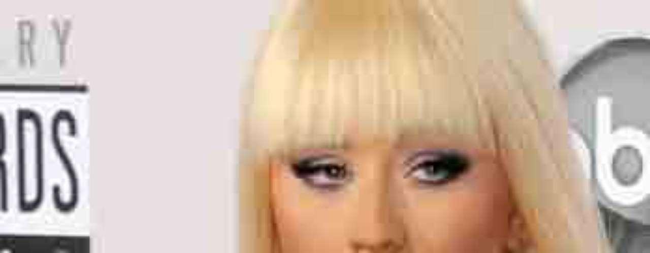 Christina Aguilera paseó su buen par de razones haciendo su entrada triunfal a los American Music Awards, realizados en el Nokia Theatre de Los Ángeles, el 18 de novimbre.