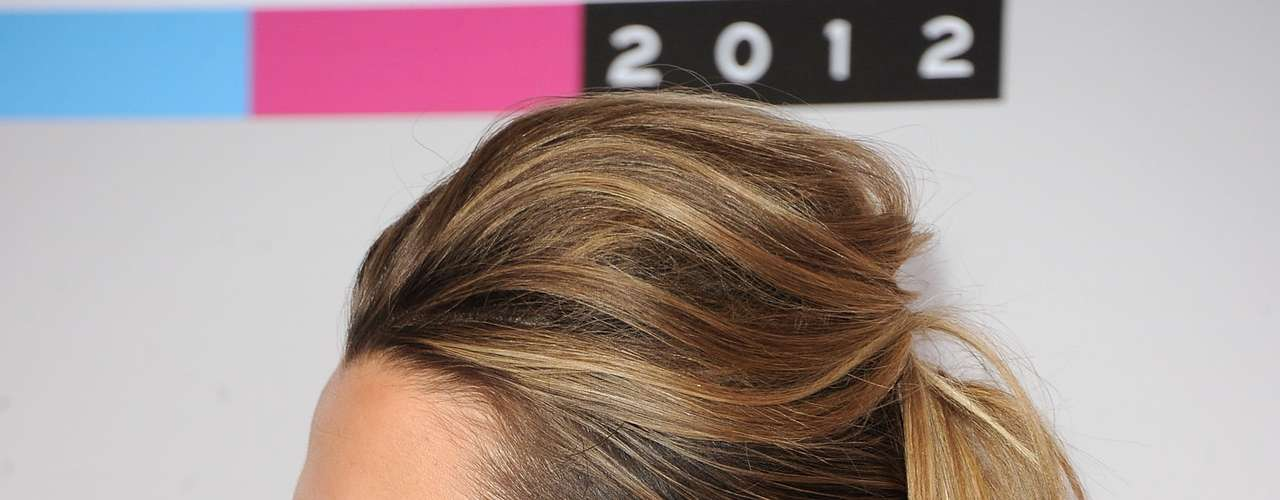 El escote en la espalda de Colbie Caillat se robó varias miradas en la alfombra roja de los American Music Awards 2012.