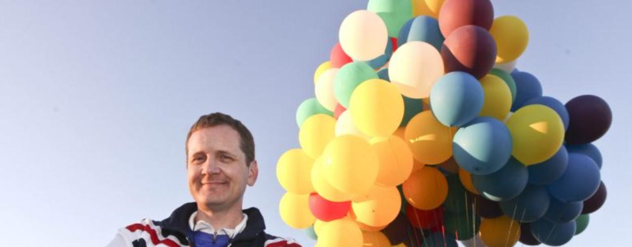 Para lograr la hazaña tuvo que atar 365 globos de helio gigantes, que pudieron con el peso de la casa, decorada especialmente para la ocasión.