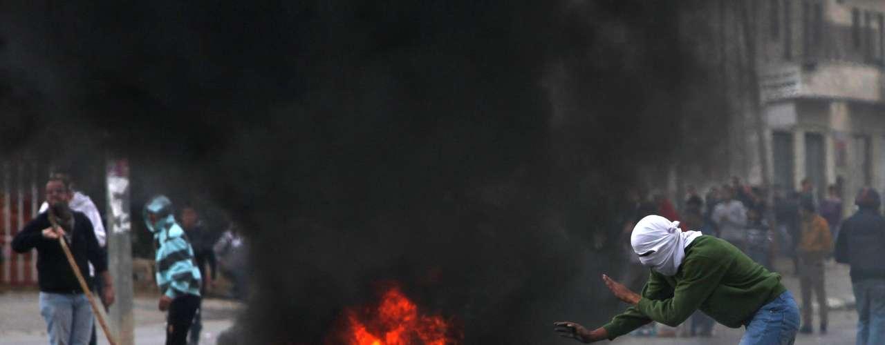 Los ataques israelíes en la franja de Gaza dejaron este domingo 29 muertos, incluyendo diez niños, seis mujeres y nueve miembros de una misma familia, según los servicios de salud del territorio palestino gobernado por Hamas.