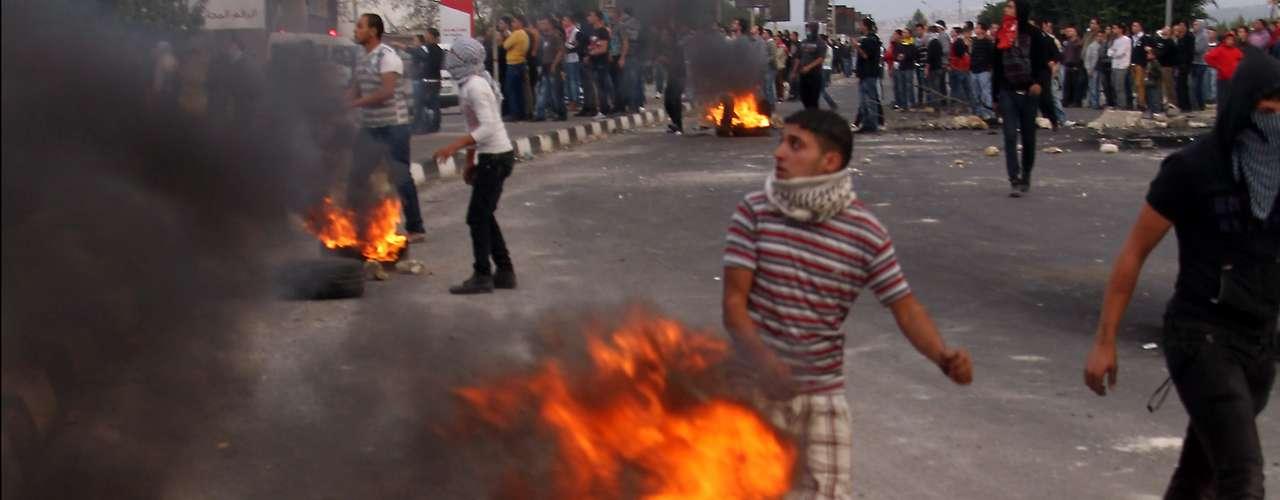 En nuevos ataques israelíes realizados la noche del domingo, murieron dos hombres que iban en coche en el norte de la ciudad de Rafah, sur de la franja de Gaza.