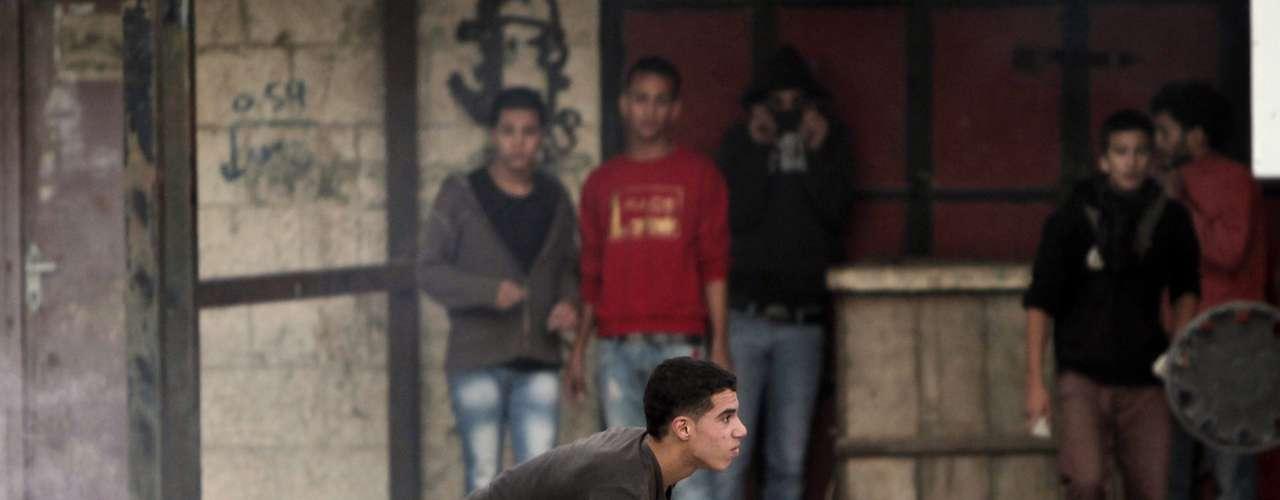 El presidente israelí, Shimon Peres, saludó los esfuerzos del presidente egipcio, Mohamed Mursi, pero acusó a Hamas de rechazar sus propuestas. Un dirigente de Hamas, Ahmad Yusef, declaró el domingo a la radio oficial de la Autoridad Palestina, la Voz de Palestina, que el movimiento islamista pedía \