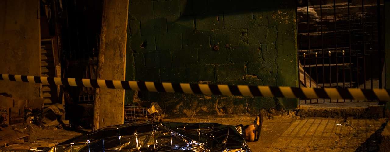 En Capao Redondo, en el sur de Sao Paulo, un guardia de seguridad de un supermercado a bordo de un vehículo fue tiroteado y se encuentra en estado grave, según un portavoz policial citado por la Agencia Estado. Según el relato de testigos, dos hombres en moto abrieron fuego contra la víctima, que pudo haber sido confundida por los atacantes con un agente pues viajaba en el vehículo prestado de un efectivo de la policía.