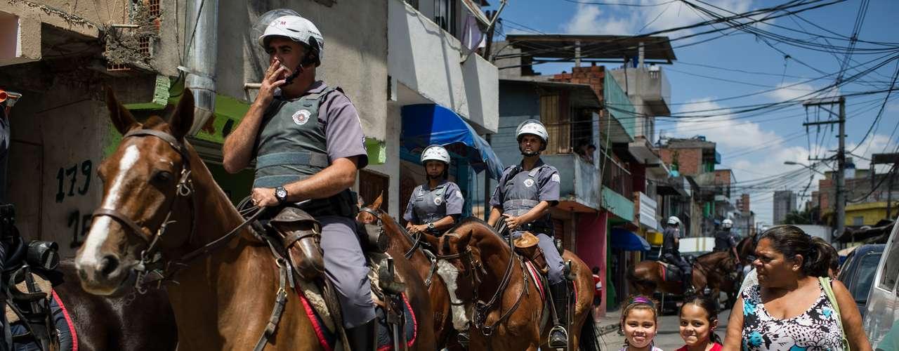 La gente en las barriadas más humildes de Sao Paulo están viviendo bajo el temor de las balas.