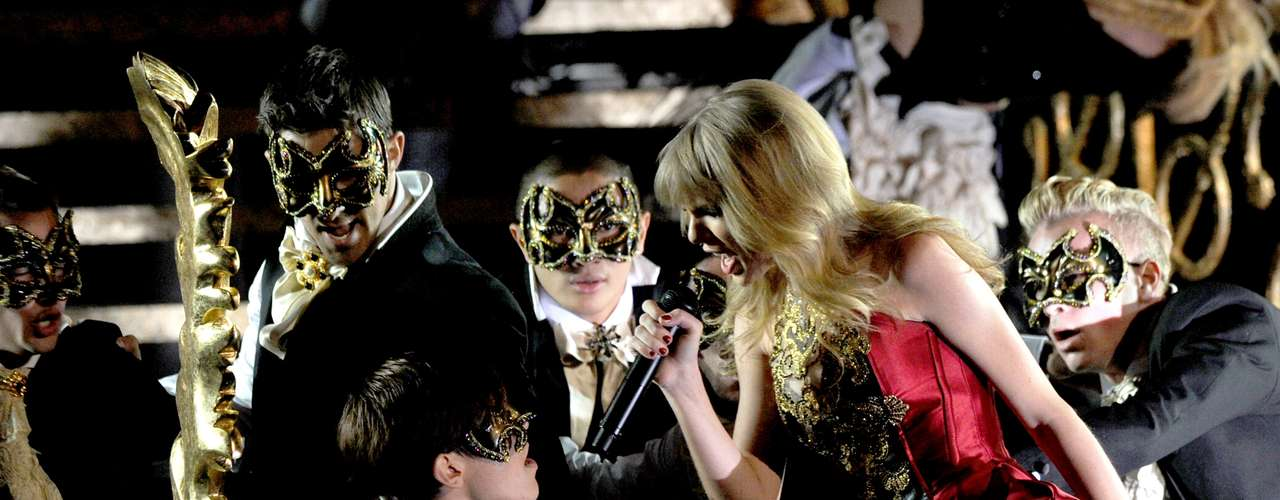 Taylor Swift was one of last night's best performances with her sexy masquerade and wardrobe change, going from a lily white good girl to a dark, vampy seductress, all to the rhythm of her hot new song, \