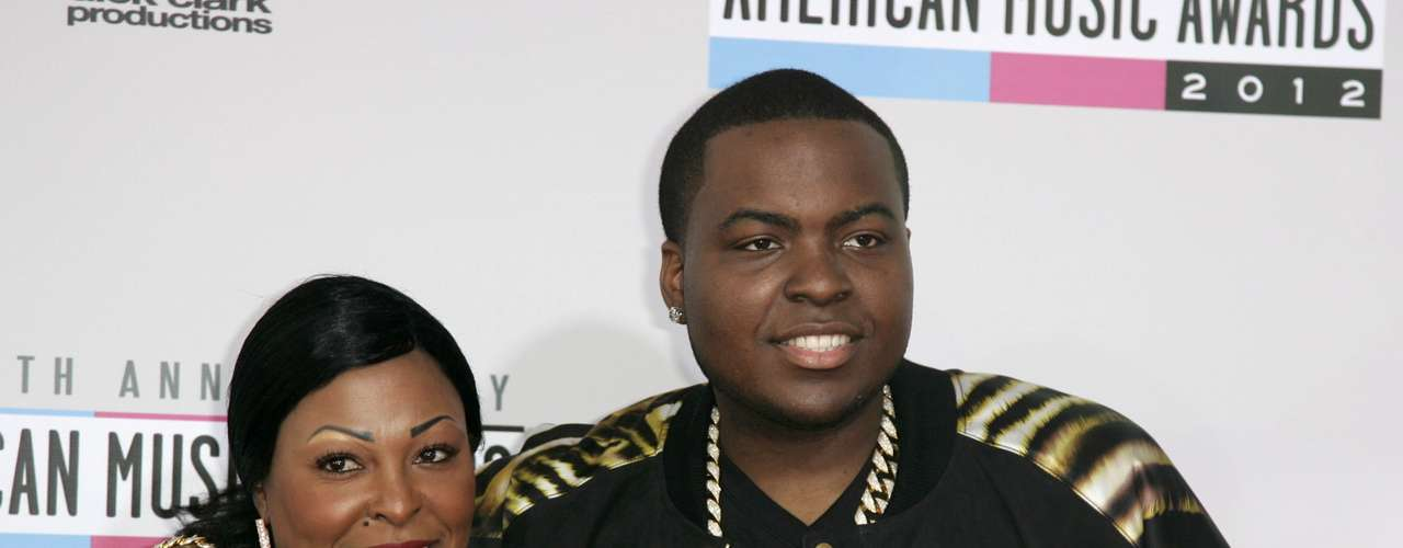 Hip hop artist Sean Kingston arrives with his mother, Janice Turner, at the 40th American Music Awards in Los Angeles, California November 18, 2012.