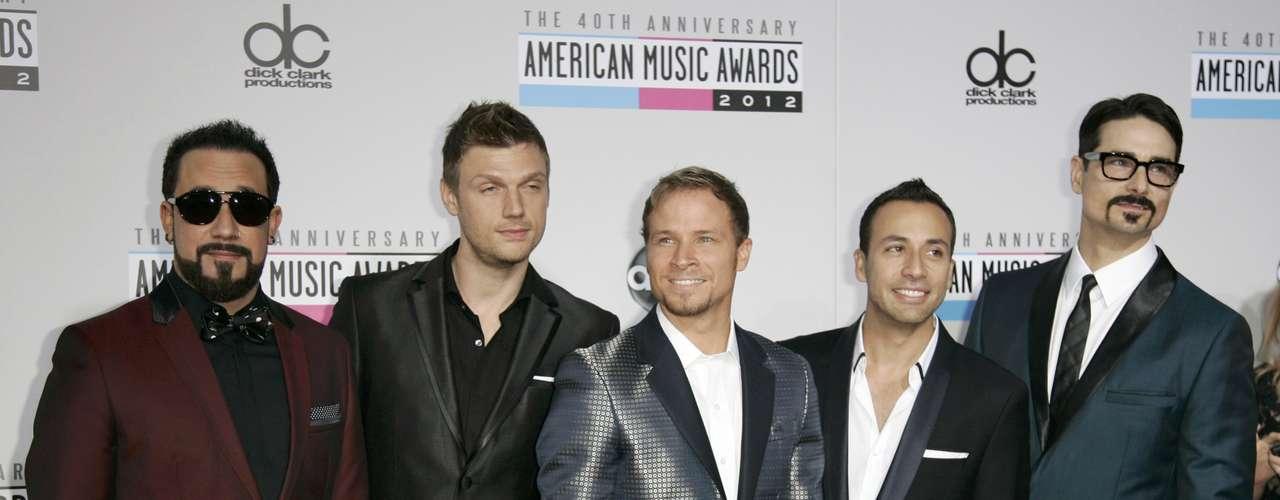 Los Backstreet Boys posan en la alfombra roja de los American Music Awards, celebrados el 18 de noviembre en Los Angeles, California.