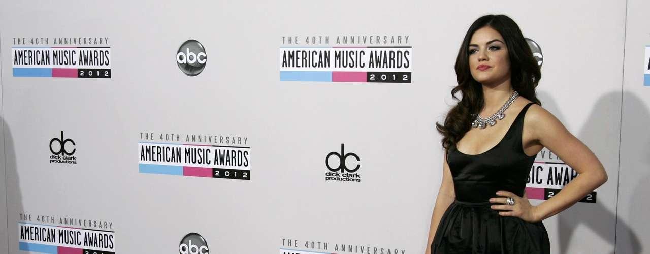 La actriz y cantante Lucy Hale posa en la alfombra roja de los American Music Awards, celebrados el 18 de noviembre en Los Angeles, California.