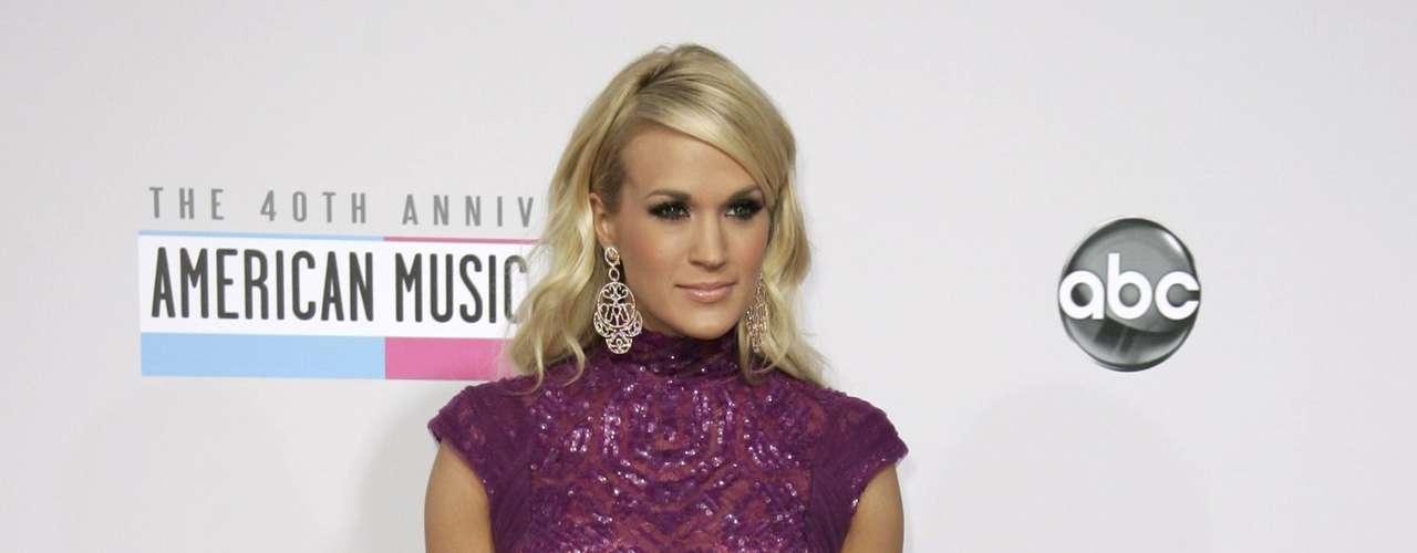 La cantante Carrie Underwood bellísima en la alfombra roja de los American Music Awards, celebrados el 18 de noviembre en Los Angeles, California.