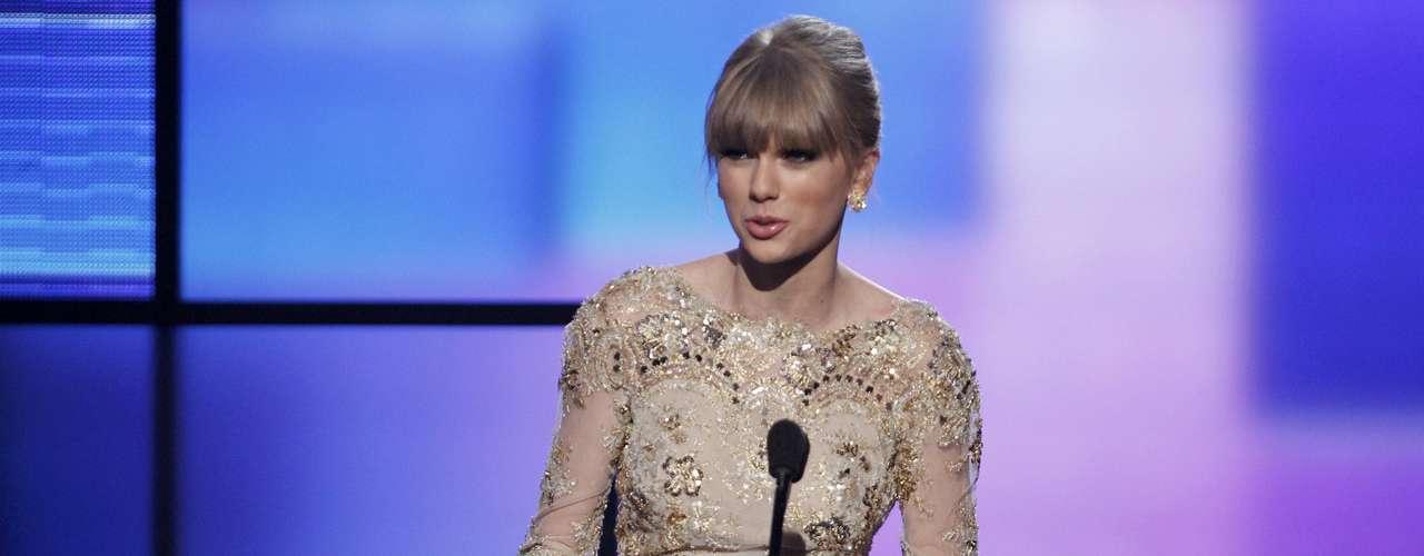 Taylor Swift agradece su premio Mejor Artista Femenina Country.