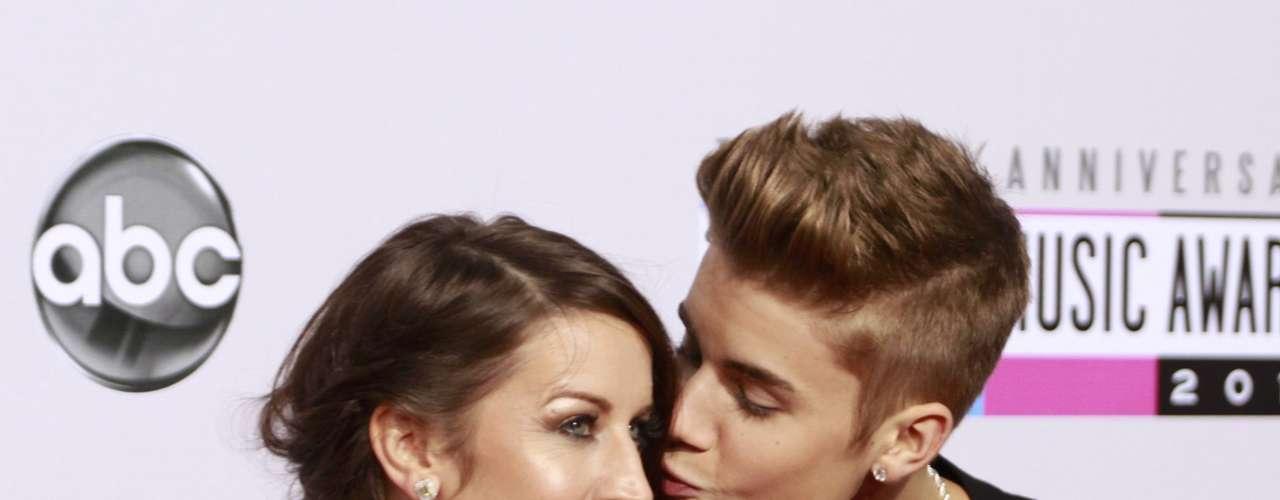 Justin Bieber besa a su mamá Pattie Mallette en la alfombra roja de los American Music Awards, celebrados el 18 de noviembre en Los Angeles, California.