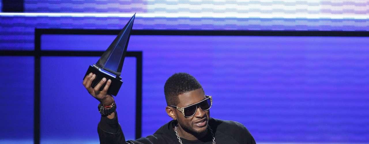 Usher celebra su victoria en la categoría Artista Maculino Soul/R&B.
