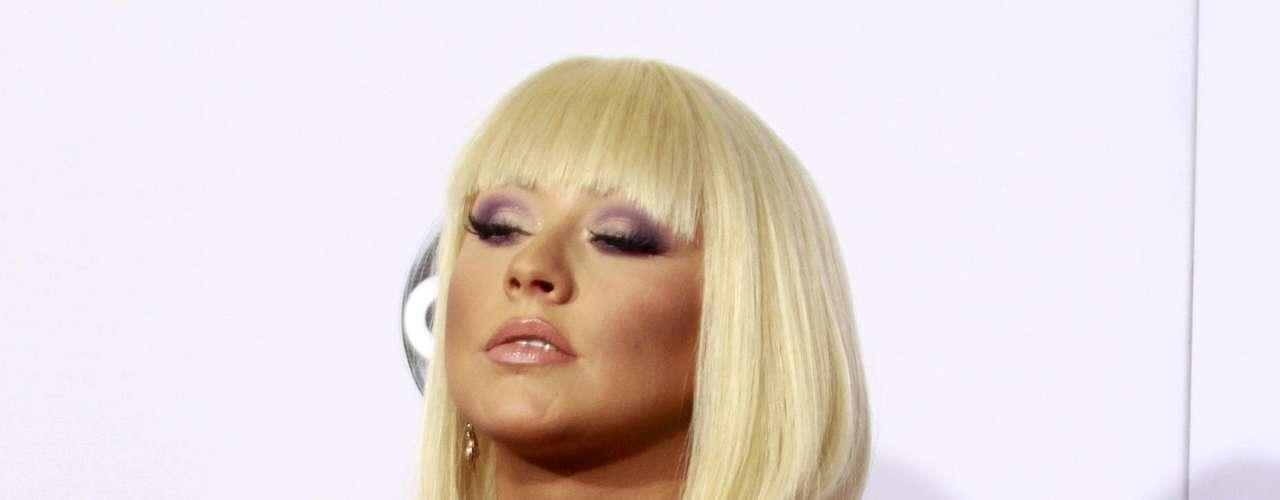 Christina Aguilera escotada en la alfombra roja de los American Music Awards, celebrados el 18 de noviembre en Los Angeles, California.