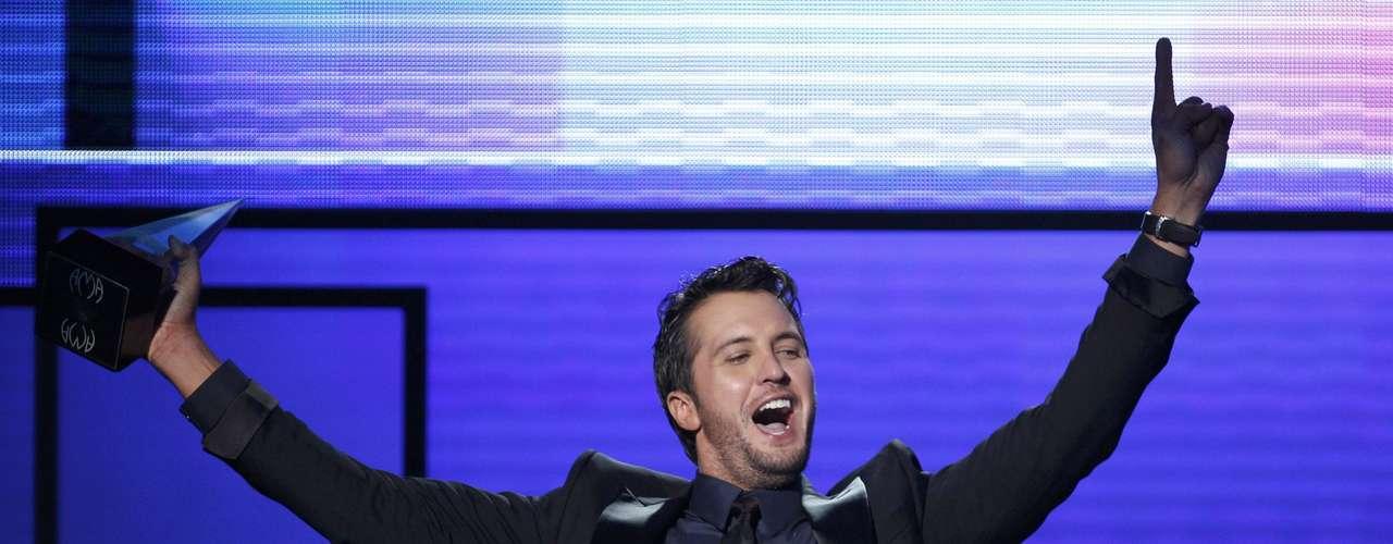 Luke Bryan contento acepta el premio Artista Country Masculino en los American Music Awards, realizados en Los Ángeles, California, el 18 de noviembre.