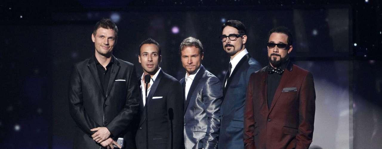 Los Backstreet Boys anunciaron el ganador en la categoría Mejor Nuevo Artista en los American Music Awards, realizados en Los Ángeles, California, el 18 de noviembre.