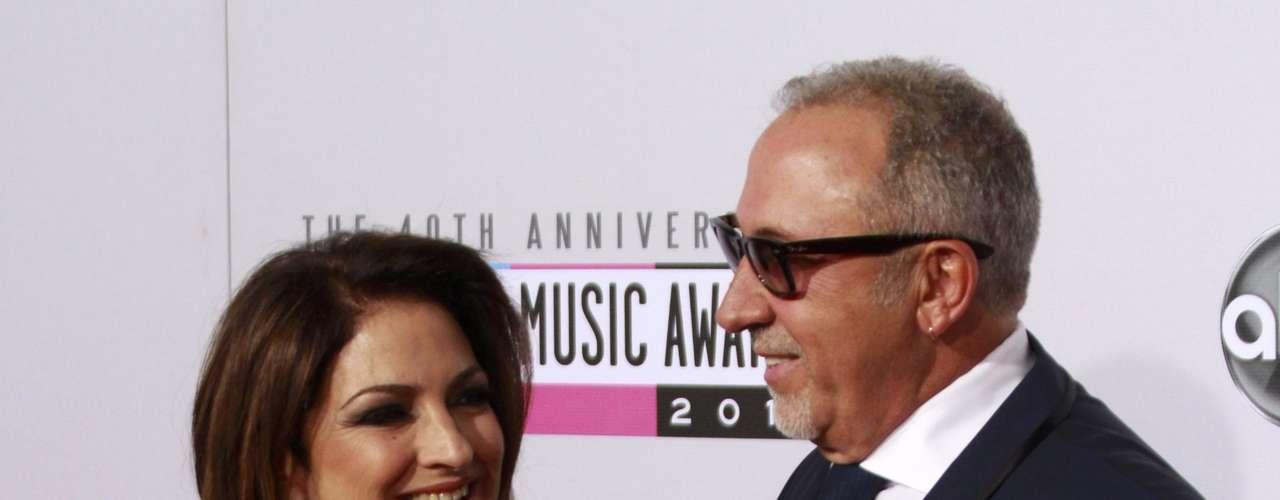 Gloria Estefan y su esposo Emilio posan en la alfombra roja de los American Music Awards, celebrados el 18 de noviembre en Los Angeles, California.