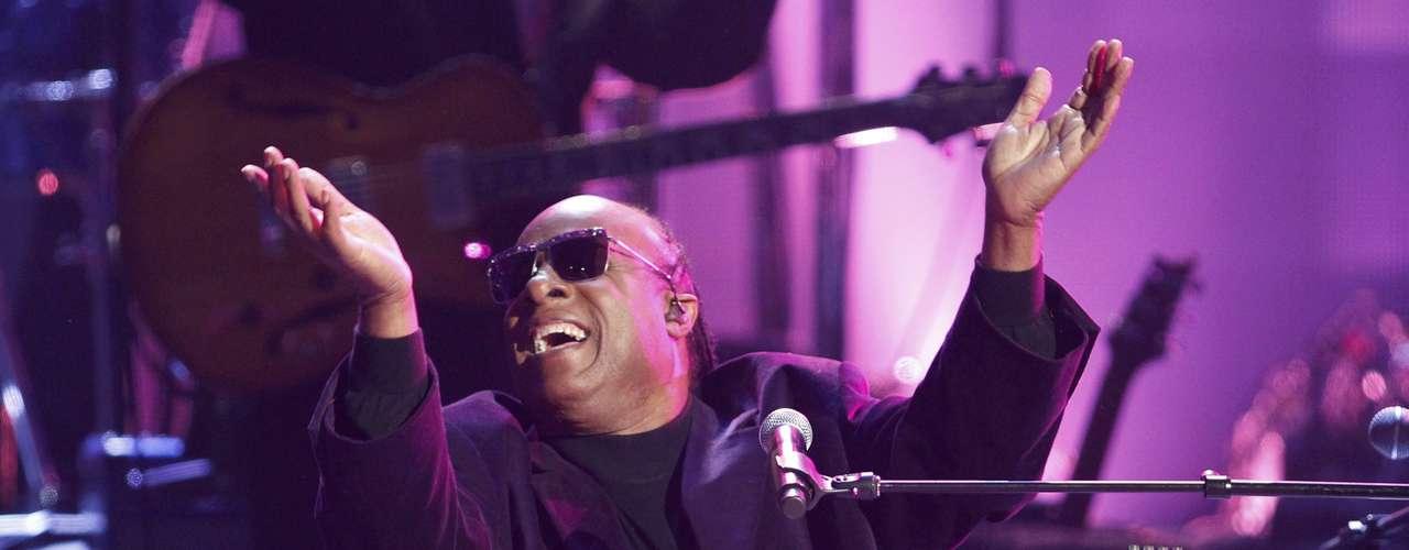 Stevie Wonder hizo un tributo a Dick Clark  en los American Music Awards, realizados en Los Ángeles, California, el 18 de noviembre.