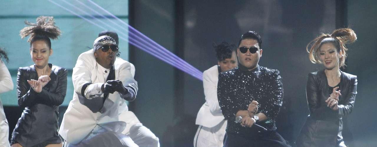 Psy performs bailó el pegajoso baile del caballo con MC Hammer en la imponente tarima de los American Music Awards en Los Ángeles, California, el 18 de 2012.