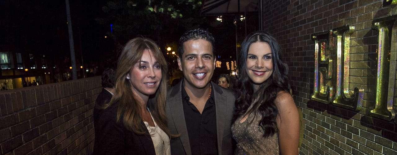 Durante la noche de lanzamiento, varios famosos disfrutaron del primer capítulo de la telenovela.