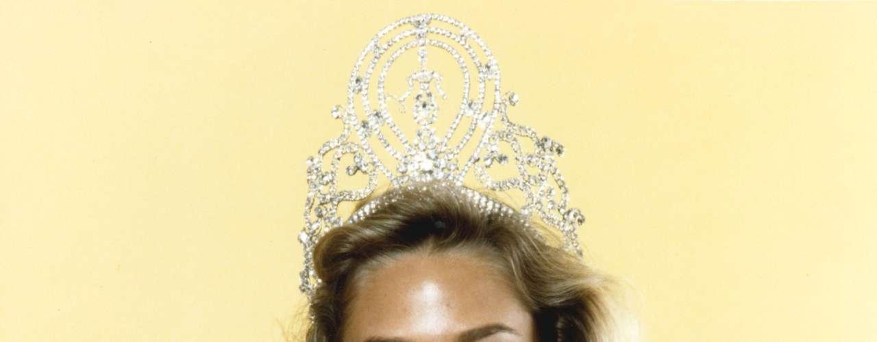 Shawn Weatherly, Miss Universe 1980. El Centro Cultural Se-Jong, en Seúl, Corea del Sur vió coronar a esta espectacular rubia procedente de Sumter, Carolina del Sur, como la representante al título de belleza de ese año, tras obtener los mayores puntajes por parte del jurado calificador. En una dura competencia entre 69 candidatas fue coronada por de su antecesora Maritza Sayalero, de Venezuela.