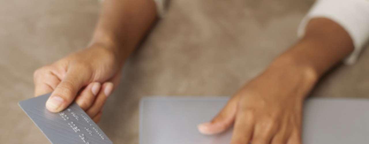 12- Si compras online, asegúrate de hacerlo en sitios conocidos y que tengan seguridad a la hora de poner información de tu tarjeta de crédito.