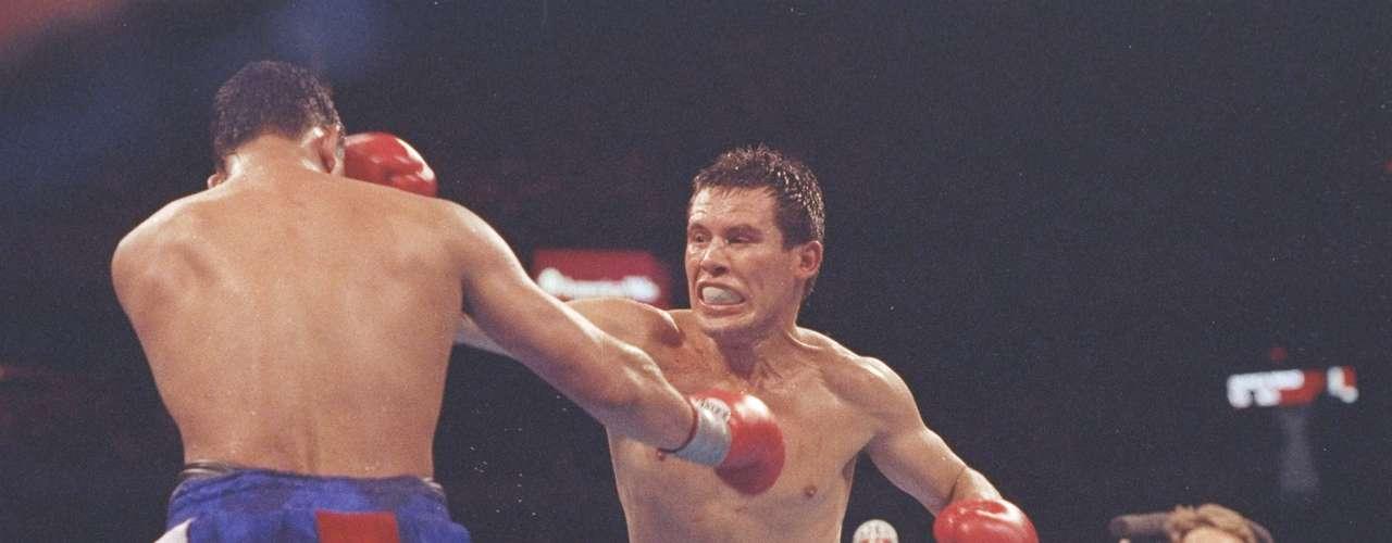 Durante el combate, Camacho fue duramente abucheado, y es que se dedicó a correr y nunca atacó a Chávez como lo había prometido, cosa que el del Culiacán aprovechó para darle una tremenda paliza. Y aunque no lo pudo noquear, JC retuvo el cetro con un triunfo por decisión unánime.
