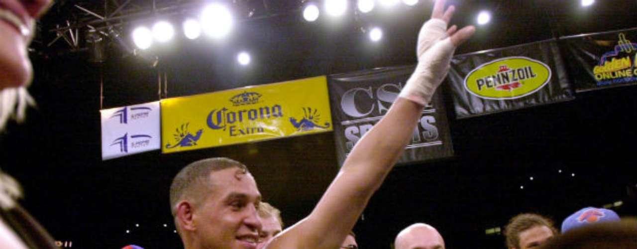 El puertorriqueño Héctor 'Macho' Camacho fue campeón mundial en el peso semiligero y ligero. En una carrera que duró más de tres décadas Camacho tuvo 79 victorias y 5 derrotas. Su batalla más recordada es la que sostuvo con Julio César Chávez en la década de los 90. El mexicano le dio una paliza.