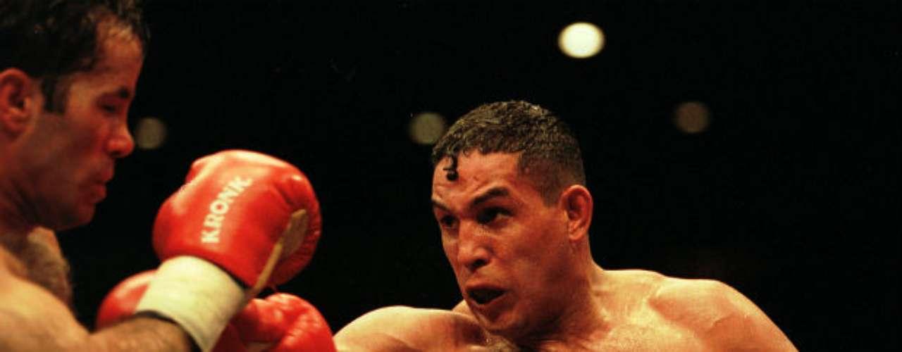 El púgil boricua en una pelea en el 2000 ante Bob Elkins al que derrotó en ese entonces.