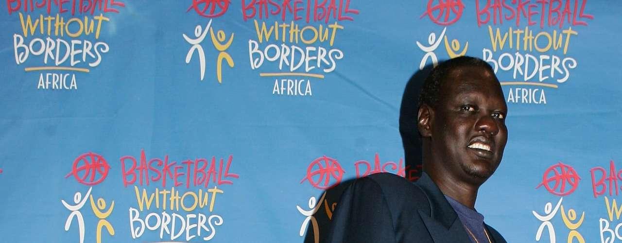 El sudanés Manute Bol, con 2,31 metros es considerado el segundo más alto en la historia de la NBA. Llegó a la liga gracias a su primo quien estudiaba en Estados Unidos, y que cierto día mencionó que tenía un pariente de 2,31 metros, por lo que de inmediato un reclutador voló a su país para conocerlo.