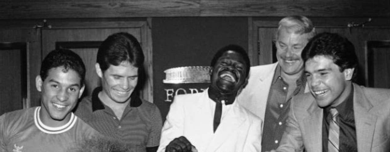 Una foto de recuerdo en 1985 con Azumah Nelson, Julio César Chávez y el promoto Don King acostado en una mesa. 'Macho' Camacho se muestra sonriente (último de la izquierda).