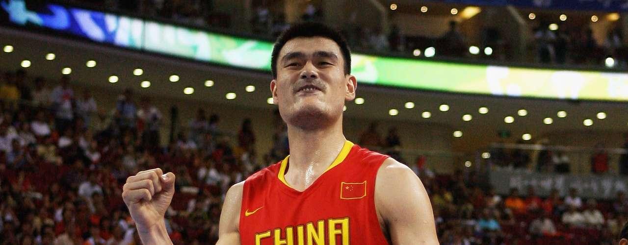 Su padre, Yao Zhiyuan, mide 2,08 metros, y su madre Fengdi Fang, 1,88 metros. Cuando Yao nació sus padres eran la pareja más alta de China.