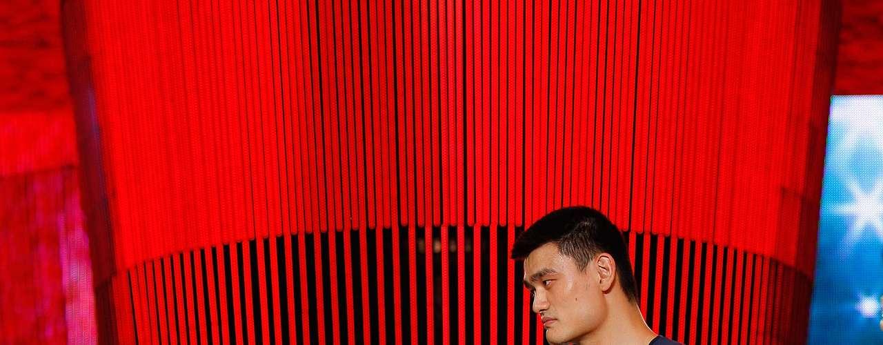 Debido a la altura de la familia su casa estaba construida a medida, con marcos de puerta más altos de lo normal y enormes camas. Yao Ming, en principio estaba interesado en ser científico, pero sus padres lo convencieron para dedicarse a jugar al igual que ellos basquetbol.